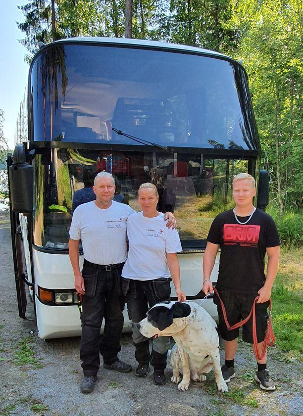 Tommi Valme, Laila Valme ja Vesa Myllymaa eläimineen matkustavat ympäri Eurooppaa matkailuautoksi muutetulla linja-autolla.