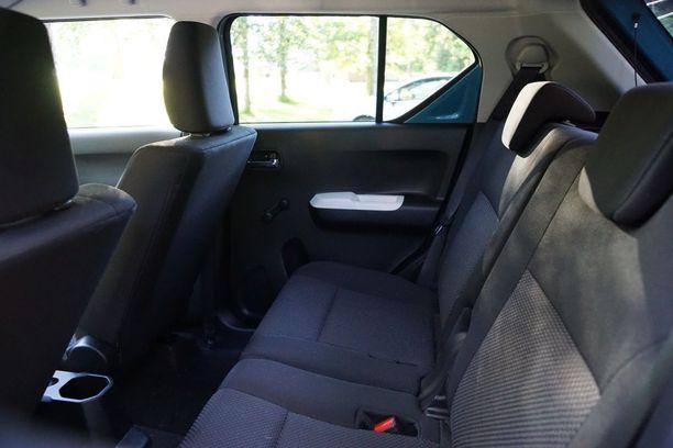 Takana on tilaa kahdelle. Auto on virallisesti nelipaikkainen.