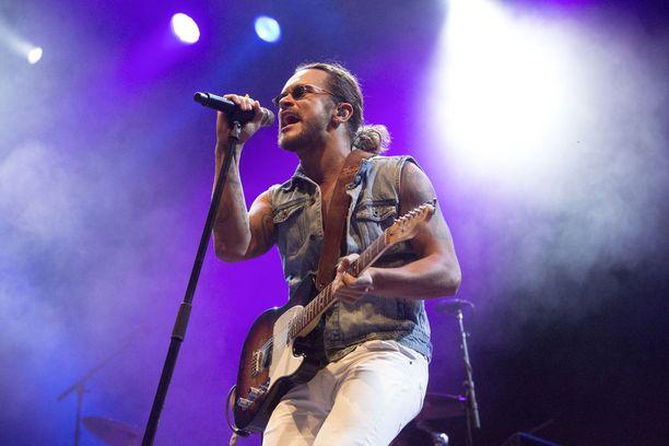 Pete Parkkonen esitti keikalla kappaleitaan, kuten Myyty ja Kohta sataa.