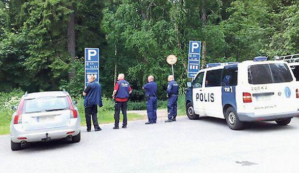Poliisi eristi alueen Pajamäessä pahoinpitelijän etsintöjen ajaksi lauantaina.