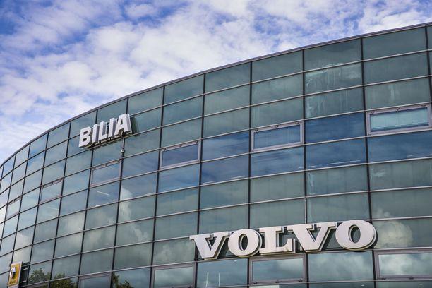 Kivijalkamyymälät, tai lasitalot, eivät ole heti katoamassa Suomesta, vaikka sähkö-Volvoja aletaan myydä netin kautta.