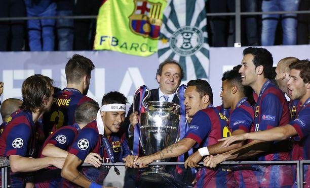Michel Platini ojensi Barcelonalle Mestarien liigan voittopokaalin.