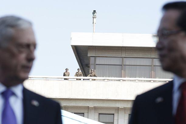 Pohjois-Korean sotilaat tarkkailivat, kun USA:n puolustusministeri James Mattis (vas.) vieraili Panmunjomissa lokakuun lopulla.