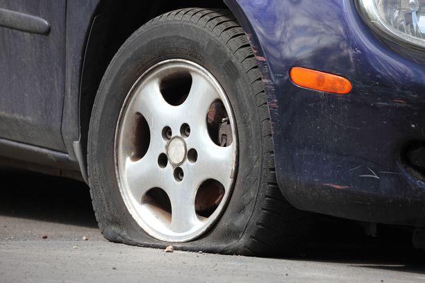 Yhteensä 24 auton renkaat puhkottiin Turussa viime yönä. Kuvituskuva.