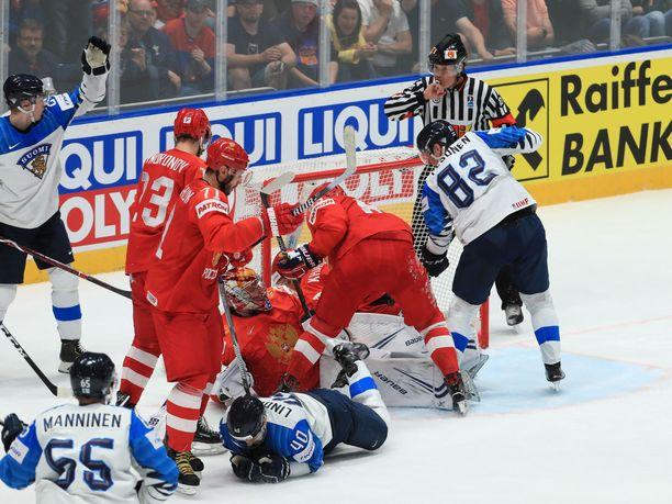 Petteri Lindbohm piteli kasvojaan Nikita Nesterovin huitaisun jälkeen.