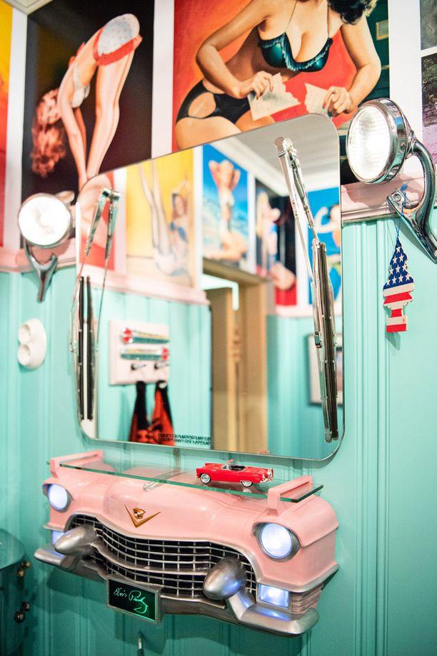 Peilissä on tuulilasinpyyhkijät ja Dodgen 1930-luvun äärivalot. Pinkki Cadillac on tuliainen Kölnistä. Vuonna 1955 Elvis Presley osti samanlaisen auton ja lahjoitti sen myöhemmin äidilleen.