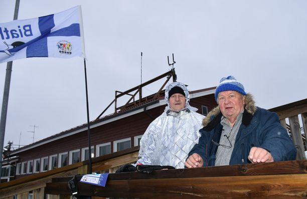Hannu Korhonen (vas.) ja Simo Jyrkinen joutuivat lähtemään pois Kontiolahden ampumahiihtostadionilta.