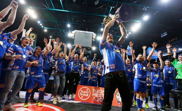 Jarkko Nieminen pääsi juhlimaan salibandyn Suomen mestaruutta yhdessä joukkuekavereidensa kanssa.