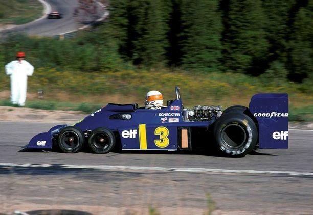 Näet aivan oikein: on siinä kahdet eturenkaat. Tyrrell toi kuusipyöräisen P34-kiiturinsa F-ykkösiin vuonna 1976, jolta kaudelta on myös auton ainoa GP-voitto. Vaikka auto muuttui ulkonäöltään paljonkin seuraavaksi kaudeksi, pienet tuplaetupyörät säilyivät.