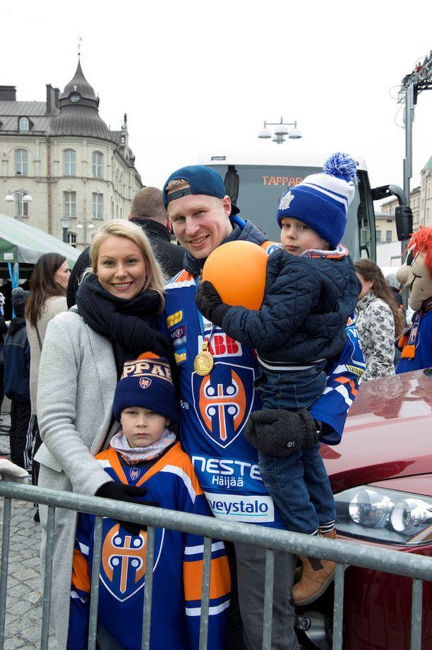 Teemu Nurmi ja Salla-vaimo kultajuhlissa Liiuksen ja Elian kanssa.
