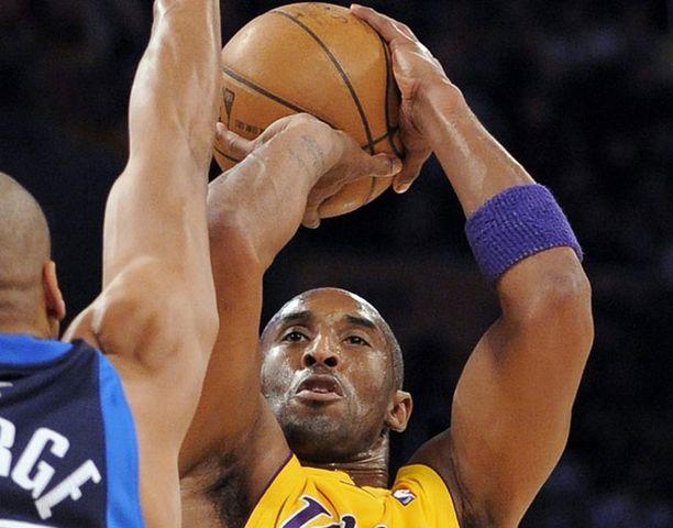Kobe Bryant pussitti 35 pinnaa.
