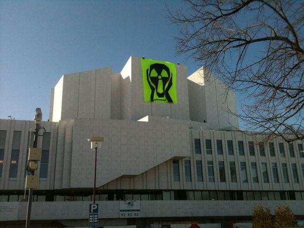"""Greenpeacen """"Huuto"""" tervehti Fortumin yhtiökokouksen osallistujia ja muistutti osakkaita ydinvoiman vaaroista."""
