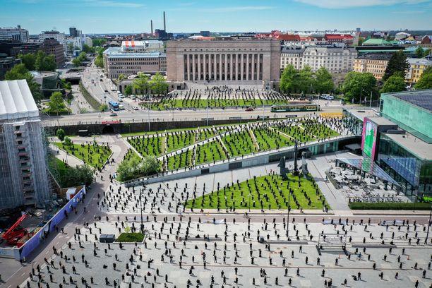 Kulttuuriala toteutti Mitta on täysi -mielenilmauksen turvavälein kesäkuun alussa Helsingissä.