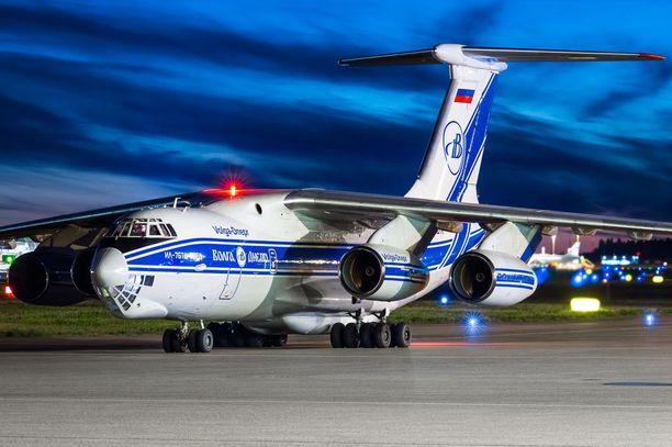 Panssaroidun ajoneuvon toi venäläinen lentokone.