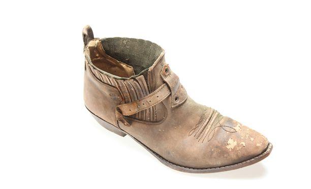 Tämä kenkä löytyi viime vuonna. Sen sisällä oli ihmisen jalkaterä.