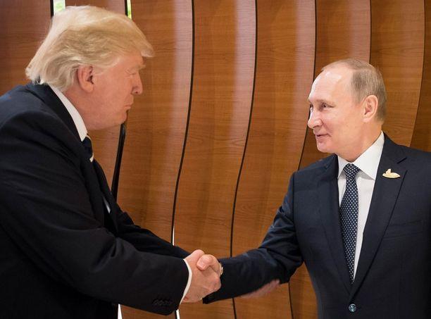 Yhdysvaltain presidentti Donald Trump ja Venäjän presidentti Vladimir Putin tapasivat perjantaina ensimmäistä kertaa. Ensikohtaamisessa huomion varasti Trumpin erikoinen kahden käden kättely-taputtelu.