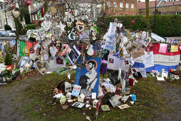 Fanit ovat tuoneet muistoesineitä George Michaelin kodin luokse.