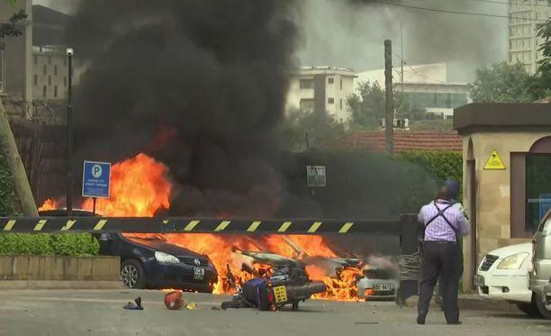 Hotellin parkkipaikalla paloi useita autoja.