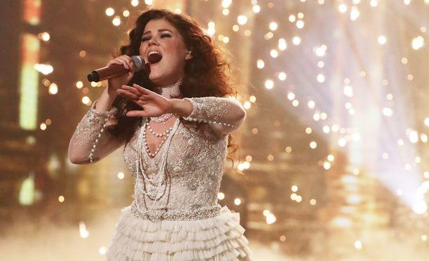 Saara Aalto lauloi itsensä viikonloppuna viiden parhaan joukkoon Britannian X Factorissa.