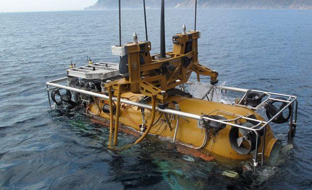 Kadonnutta sukellusvenettä etsitään muun muassa tällä pienoissukellusveneellä. Periaatteessa pienoissukellusvene voisi telakoitua kadonneeseen alukseen veden alla ja siirtää miehistön turvaan.