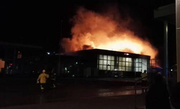 Lieskat löivät korkealle, kun entinen huoltoasema syttyi tuleen.