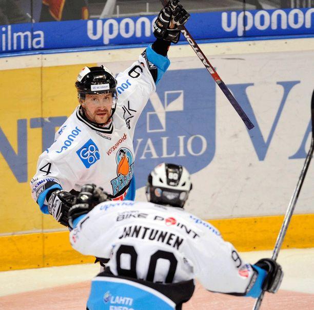 Toni Koivunen ja Marko Jantunen tuulettivat yhdessä Pelicansin paidassa.
