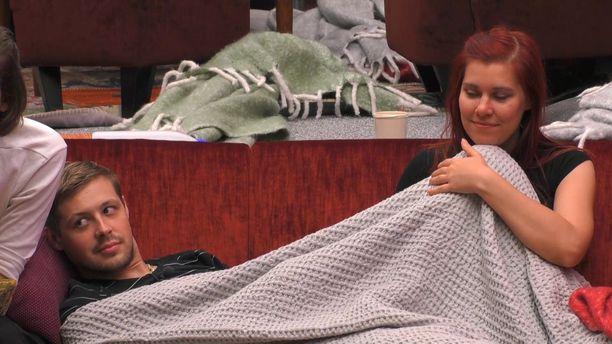Jukan ja Eevikset petipuuhat jatkuvat olohuoneessa, mutta nukkumaan he menevät kaikkien muiden kera makuuhuoneeseen.