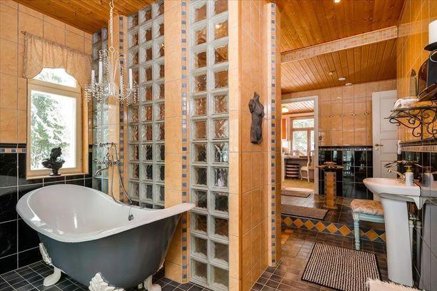 Harmaata, puuta, mustaa... tällaista kylpyhuonetta ei tule toisella vastaan.