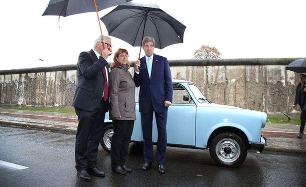 John Kerry ja Saksan ulkoministeri Frank-Walter Steinmeier poseeraavat juhlallisuuksien aikana Trabantin edessä.