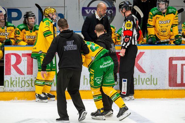 Ilves-luotsi Jouko Myrrä kyselee toiselta päätuomarilta Sakari Suomiselta perusteluja, miksi Miro Nallin loukkaantumiseen johtaneesta tilanteesta ei vihelletty jäähyä.