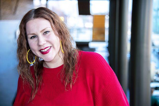 Annika Aapalahti on helsinkiläistynyt oululainen näyttelijä, joka on näytellyt Ms Romanticin lisäksi Tissit- ja Sekaisin -sarjoissa.