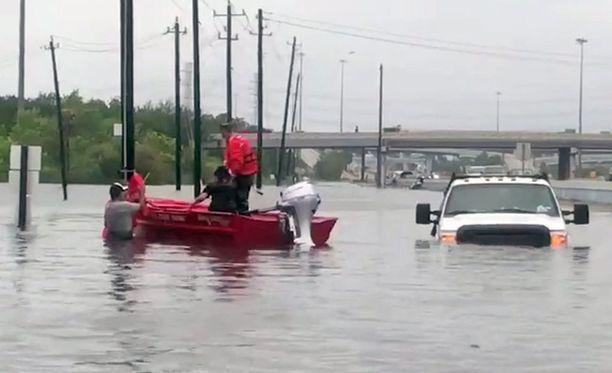 Ihmisiä pelastettiin tulvavedestä Texasin Houstonissa, mihin hurrikaani Harvey iski aiemmin.