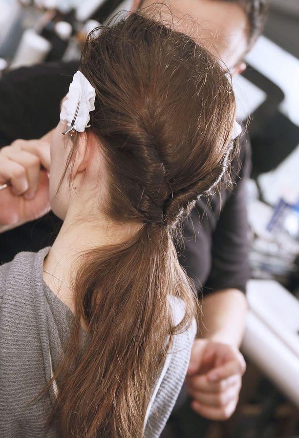 Jaa tukka kahteen osaan ja kieputa ne kierteille kohti niskaa. Yhdistä osiot solmimalla ne matalalle ponnarille.
