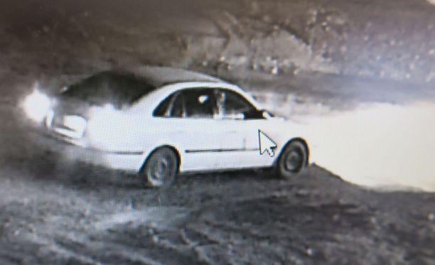 Autossa on ollut ainakin kuljettaja ja yksi matkustaja. Epäillyn tekijän epäillään tulleen kyseisellä autolla paikalle.