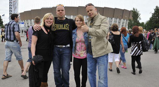Fanit odottivat innoissaan konsertin alkua.