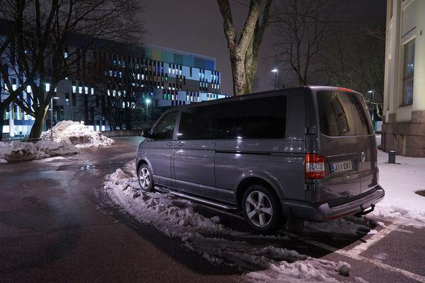 Kuvassa presidentti Niinistön käytössä ollut auto Naistenklinikalla perjantai-iltana.