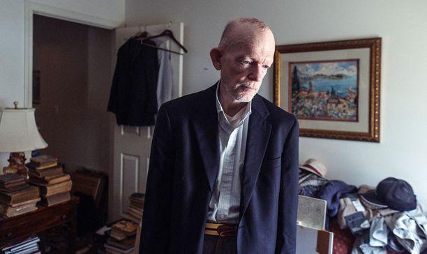 Mark Landis asuu samassa asunnossa, jonka hän jakoi äitinsä kanssa tämän vielä eläessä.