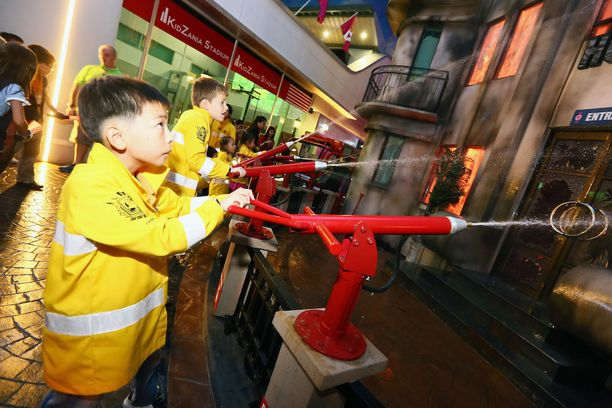 Bangkokin Kidzaniassa voi testata vaikkapa palomiehen töitä.