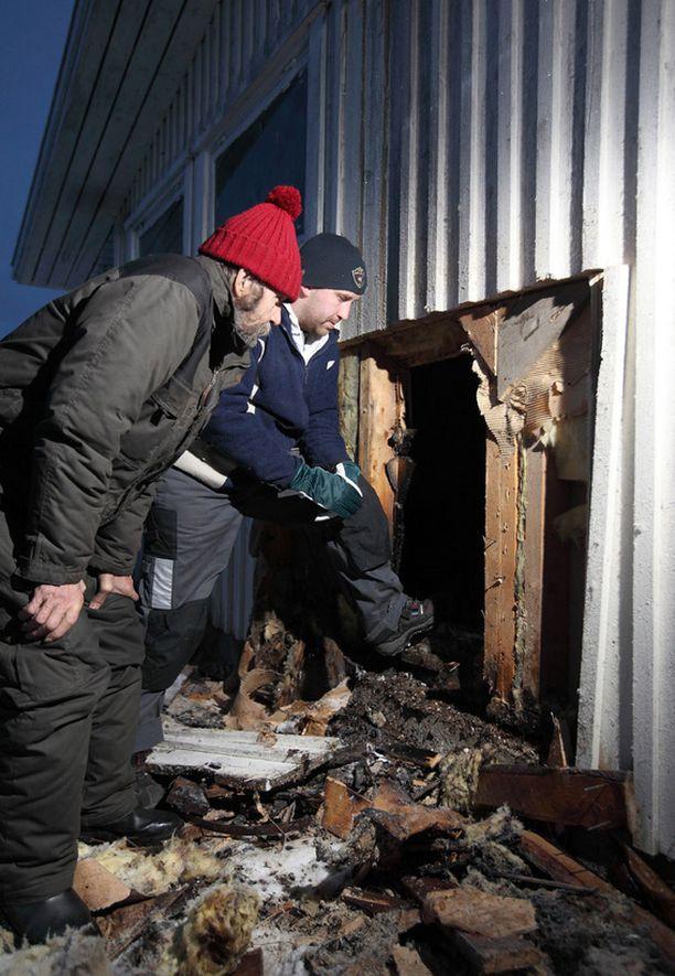 TUHO Aimo ja Jarkko Rantakytö tarkastelivat tulipalon aikaansaamia vahinkoja eilisiltana Jämijärvellä.