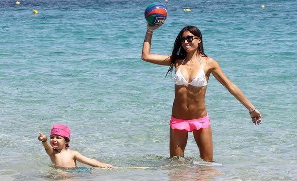 Elisabetta viihtyi meressä poikansa kanssa.