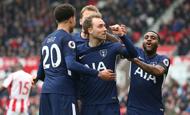 Christian Eriksen (keskellä) iski Tottenhamille voiton.