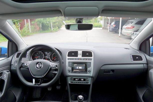 Ohjaamo on materiaaleiltaan ja viimeistelyltään kuin luokkaa ylemmästä autosta.