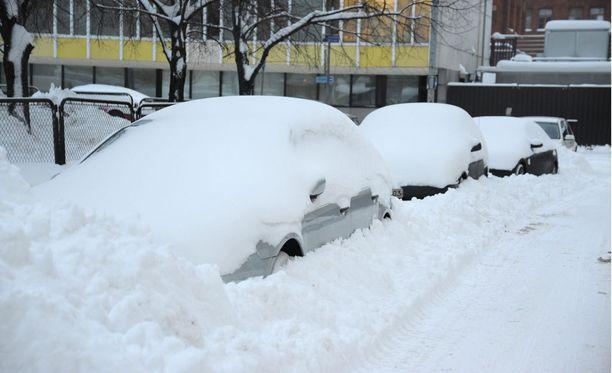 """""""Täydellinen lumikaaos!"""", uutisoi Iltalehti tämän kuvan yhteydessä 1.2.2010. Vaikka otsikko oli dramaattinen, eivätkä paloautot enää mahtuneet pelastusteille, suurin piirtein tuon päivän sää olisi suomalaisten suosikki koko talvelle. Tuolloin Helsingissä oli 50-60 senttiä lunta ja viiden asteen pakkanen."""