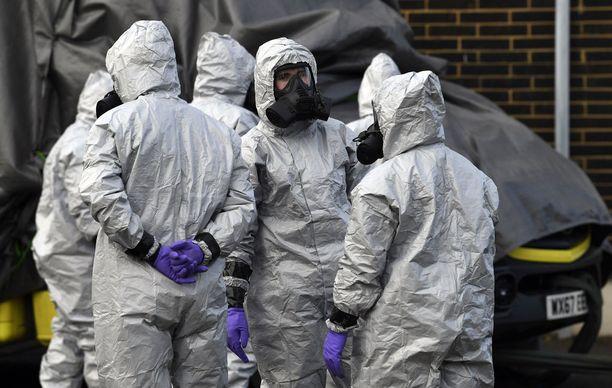 Julia ja Sergei Skripal myrkytettiin harvinaisella hermomyrkyllä Britanniassa. Kuvassa Britannian asevoimien tutkijat Salisburyssa 10. maaliskuuta.