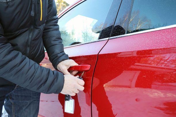 Nykyautoissa lukkopesä on usein piilotettu muovikannen alle.