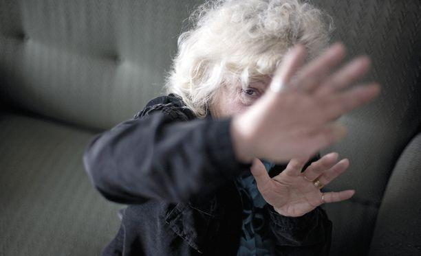 Yli 65-vuotiaista suomalaisista naisista yli seitsemän prosenttia ja miehistä 2,5 prosenttia on tutkimuksien mukaan kokenut eläkeiässään perheväkivaltaa.
