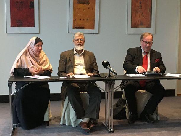 Suurmoskeijan rahoitusta koskevassa tiedotustilaisuudessa olivat perjantaina äänessä Suomen musliminaisten puheenjohtaja Pia Jardi, Bahrainin islamilaisen yhdistyksen puheenjohtaja Abdullatif al-Mahmood sekä suurlähettiläs Ilari Rantakari.