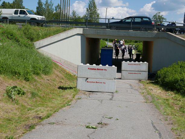 Betoniporsas, johon moottoripyörä pysähtyi.