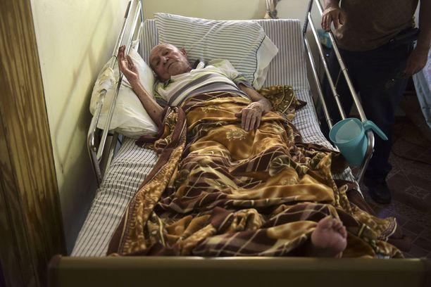 Maaliskuussa 93-vuotias toisen maailmansodan veteraani Antonio Morales eli yhä talossa, johon ei tullut juoksevaa vettä. Hän oli yksi heikkokuntoisista ihmisistä, joiden elämään katastrofi vaikutti vielä kuukausien kuluttua.
