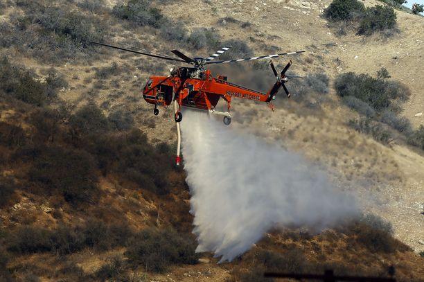 Sammutustöihin osallistuu myös helikoptereita.